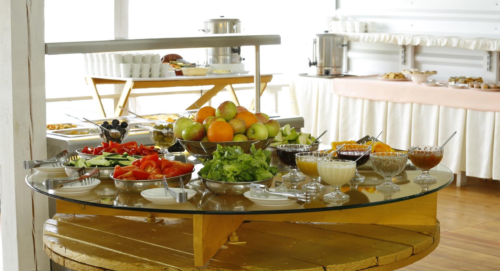 зал для питания по системе шведский стол в отеле